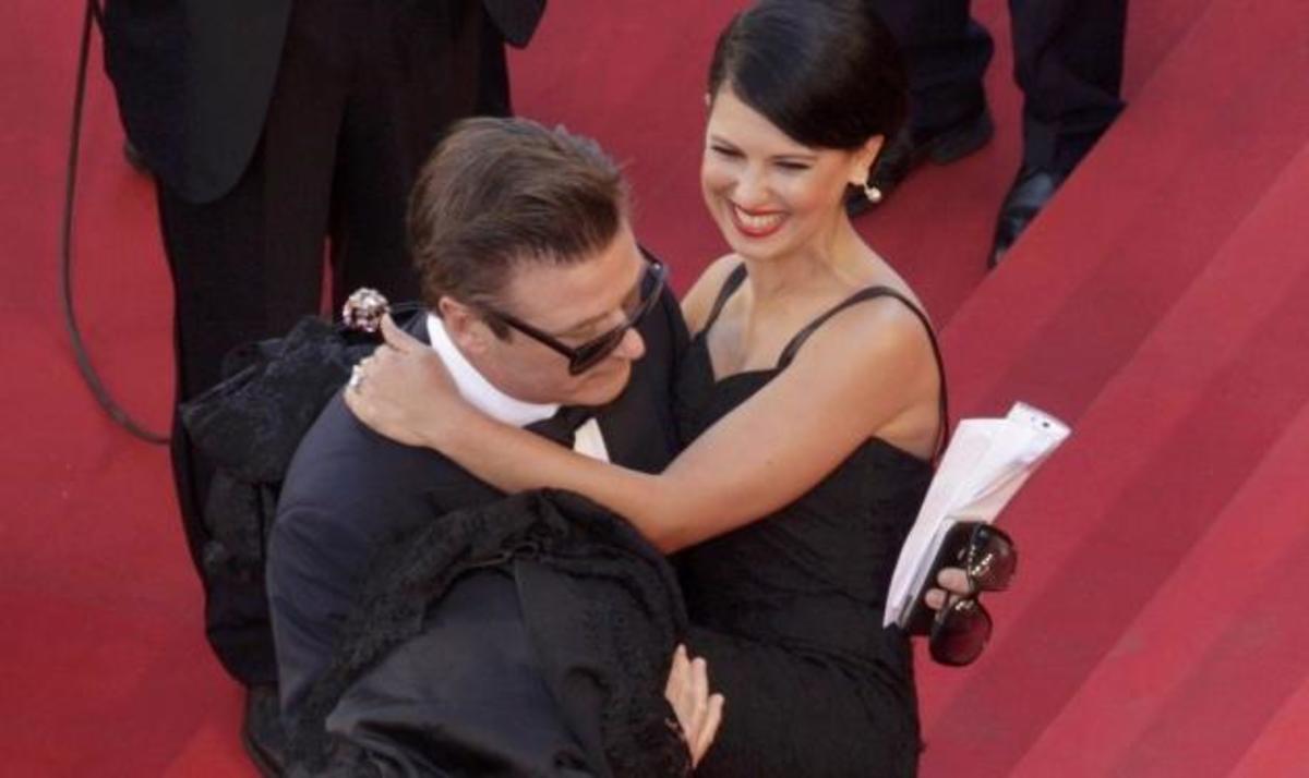 O gentleman των Καννών! Γνωστός ηθοποιός σήκωσε στα χέρια την σύντροφό του στο red carpet! | Newsit.gr