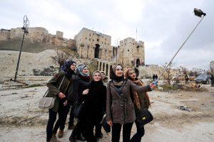 Χαμογελαστές selfies στο ρημαγμένο Χαλέπι – Αδιαντροπιά και προπαγάνδα [pics]