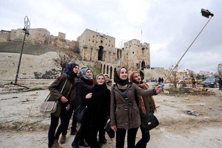 Χαμογελαστές selfies στο ρημαγμένο Χαλέπι – Αδιαντροπιά και προπαγάνδα [pics] | Newsit.gr