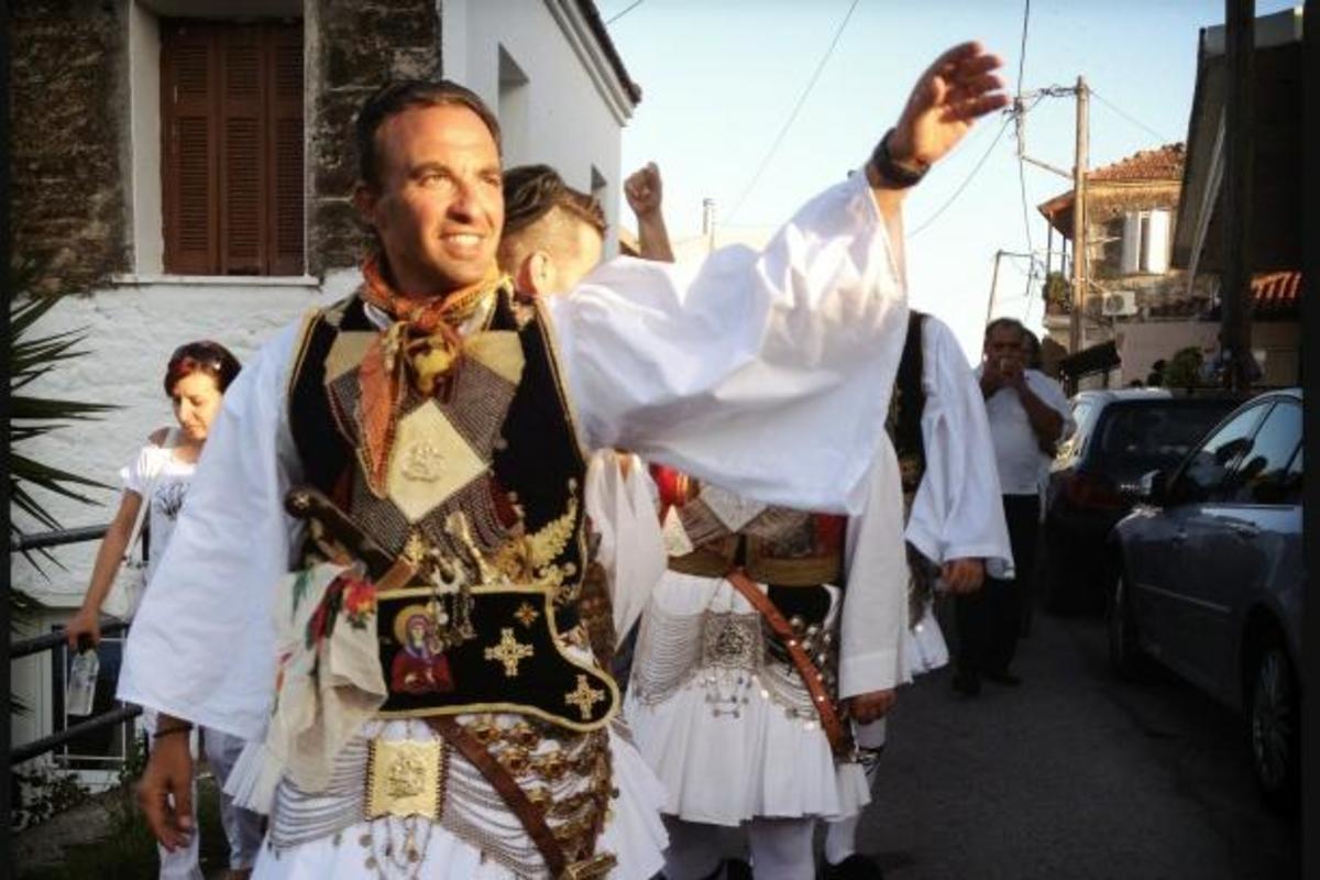 ΔΕΙΤΕ ΒΙΝΤΕΟ! Ο Νίκος Αλιάγας χορεύει παραδοσιακούς χορούς! | Newsit.gr