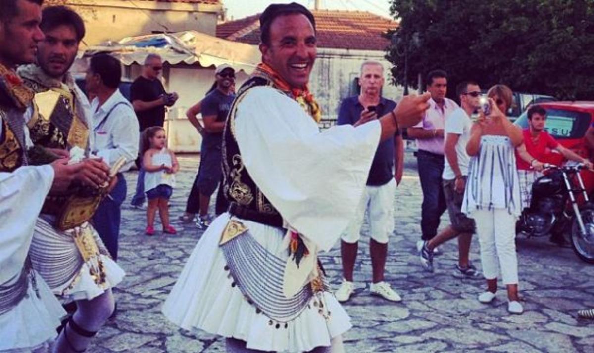 Ν. Αλιάγας: Πραγματοποίησε την επιθυμία του Η. Ψινάκη! Φόρεσε φουστανέλα και πόζαρε στο φακό   Newsit.gr