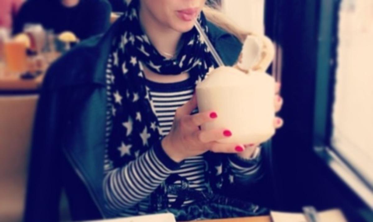 Ποια παρουσιάστρια πίνει χυμό καρύδας μέσα σε μία… καρύδα; | Newsit.gr