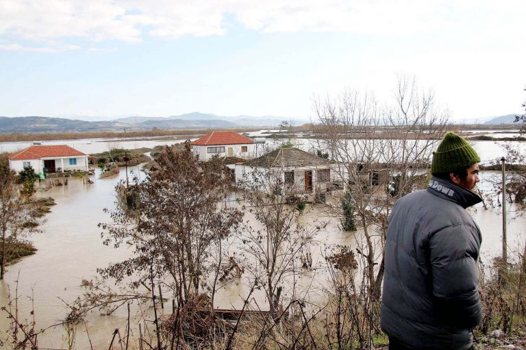 Αλβανία: Χιλιάδες εγκαταλείπουν τα σπίτια τους από πλημμύρες   Newsit.gr