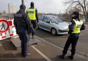 Γαντζώθηκε από οροφή αυτοκινήτου που έτρεχε με 130 χλμ και κάλεσε τις Αρχές