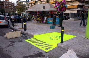Πειραιάς: Αφαίρεσαν πινακίδες από αμάξια που πάρκαραν σε χώρους για ΑμεΑ
