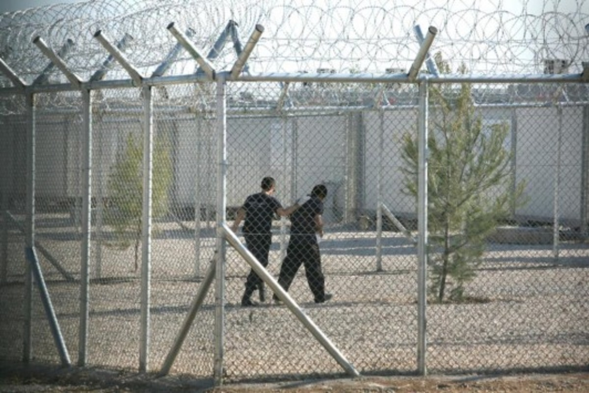 Πού θα γίνουν δύο νέοι χώροι κράτησης λαθρομεταναστών | Newsit.gr
