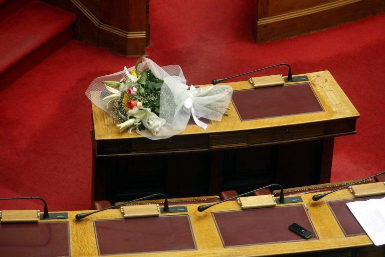 """Υπουργός """"έφαγε"""" ανθοδέσμη στο κεφάλι! Δείτε βίντεο   Newsit.gr"""