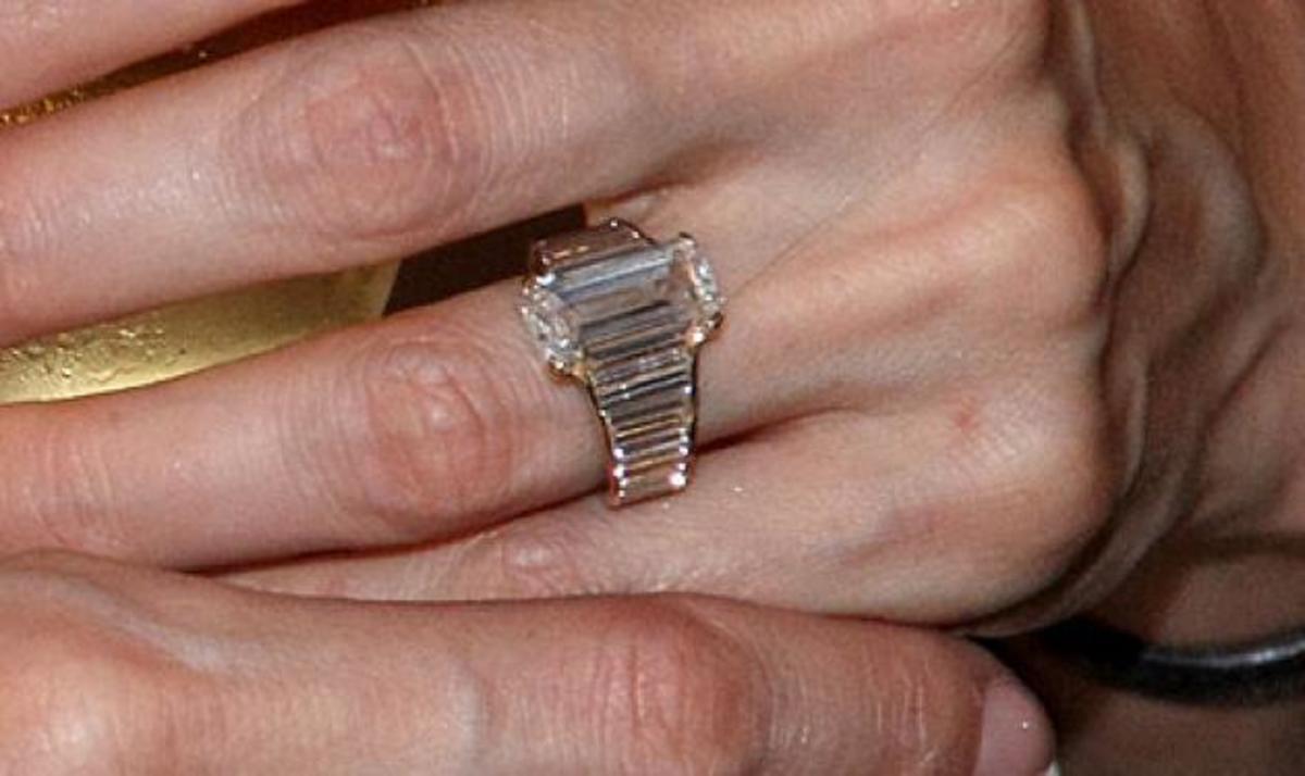 Tο δαχτυλίδι των αρραβώνων που έδωσε ο Brand στην Αngelina | Newsit.gr