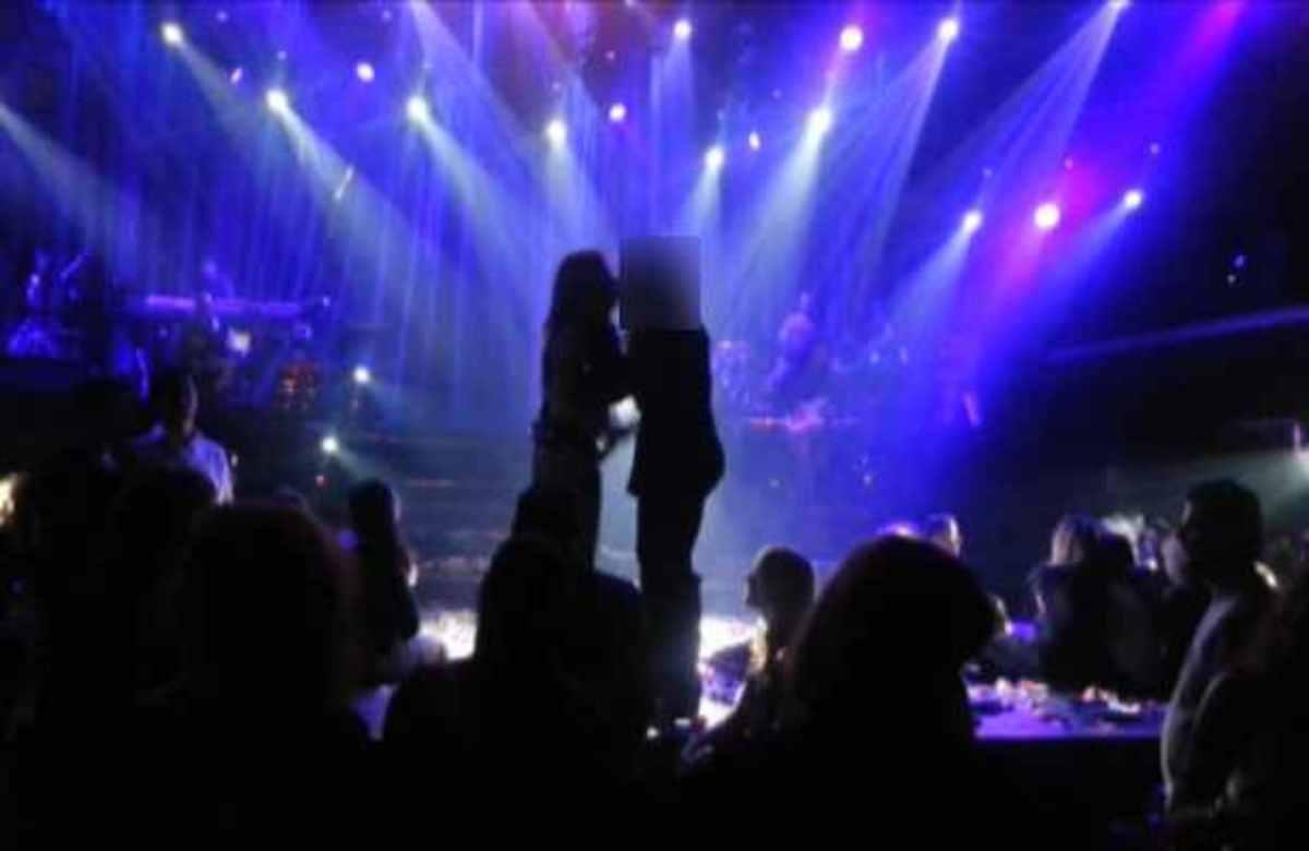 Πασίγνωστη ηθοποιός ανέβηκε στη πίστα να χορέψει και φίλησε στο στόμα τη Βίσση!   Newsit.gr