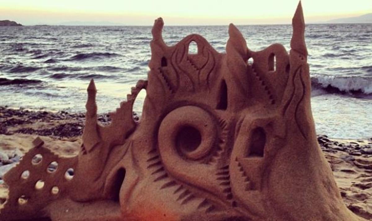 Ποια παρουσιάστρια έφτιαξε αυτό το εντυπωσιακό κάστρο στην άμμο, με τις κόρες της; | Newsit.gr
