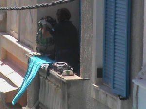 Αίγινα: Τα άψυχα κομμάτια της τραγωδίας! Λιμενικοί στεγνώνουν τα αντικείμενα των επιβατών – Συγκλονίζει το βίντεο της διάσωσης [pics,vid]