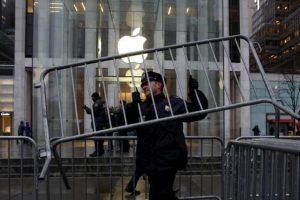 Γιατί αναβλήθηκε η δίκη της Apple με το FBI;