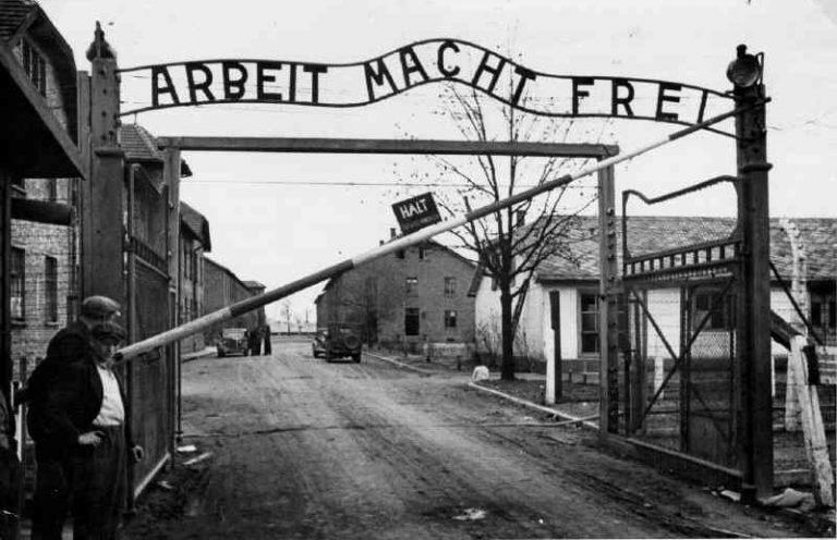 32 μήνες φυλάκιση για την κλοπή από το Αουσβιτς της ανατριχιαστικής επιγραφής «Arbeit macht frei» | Newsit.gr