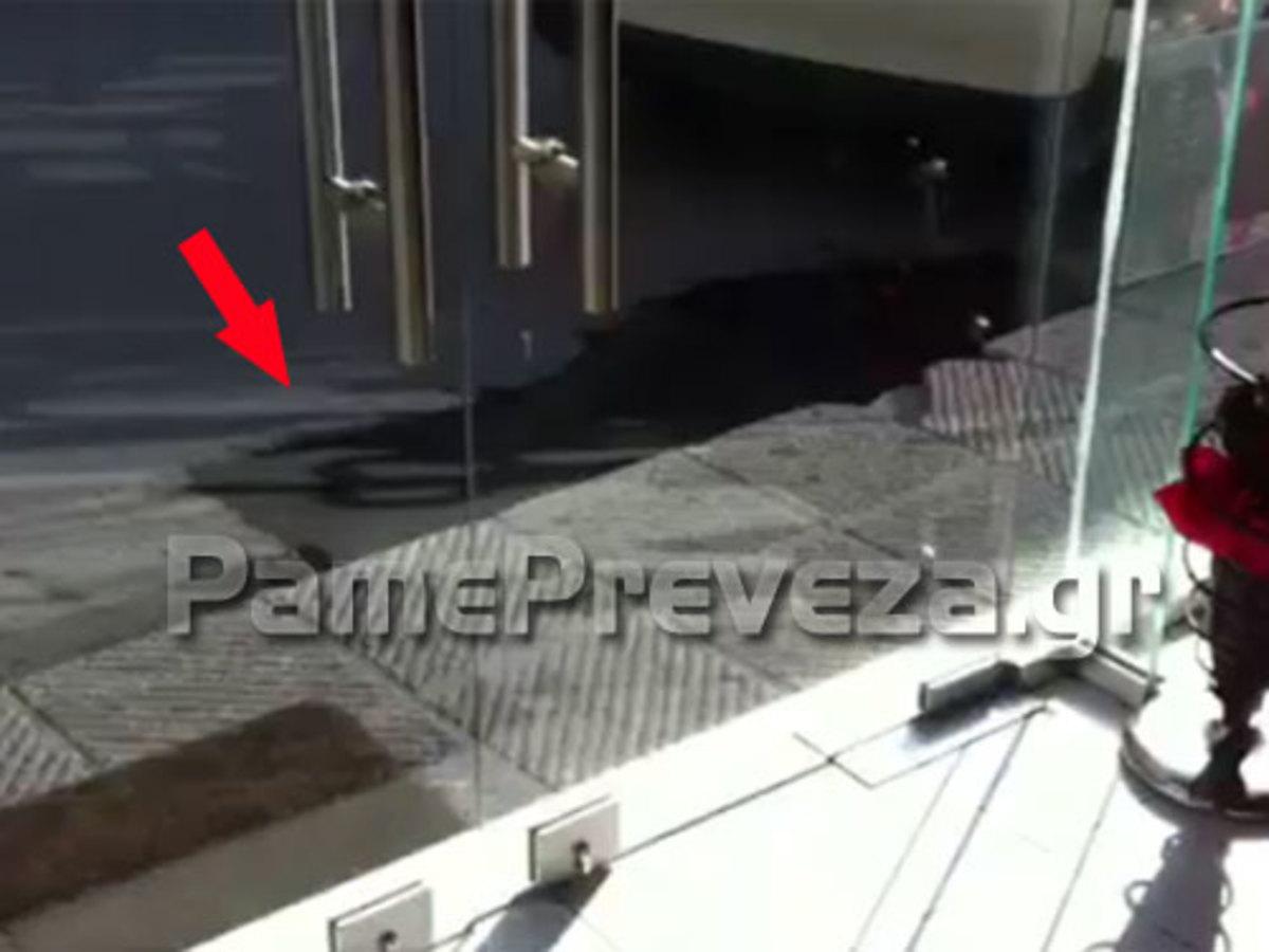 Πρέβεζα: Στρώσιμο… αλά Ελληνικά -Τι κάνεις όταν δεν υπάρχει οδοστρωτήρας; | Newsit.gr