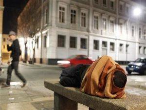 «Μάχη» των αστέγων με το κρύο, στο Παρίσι