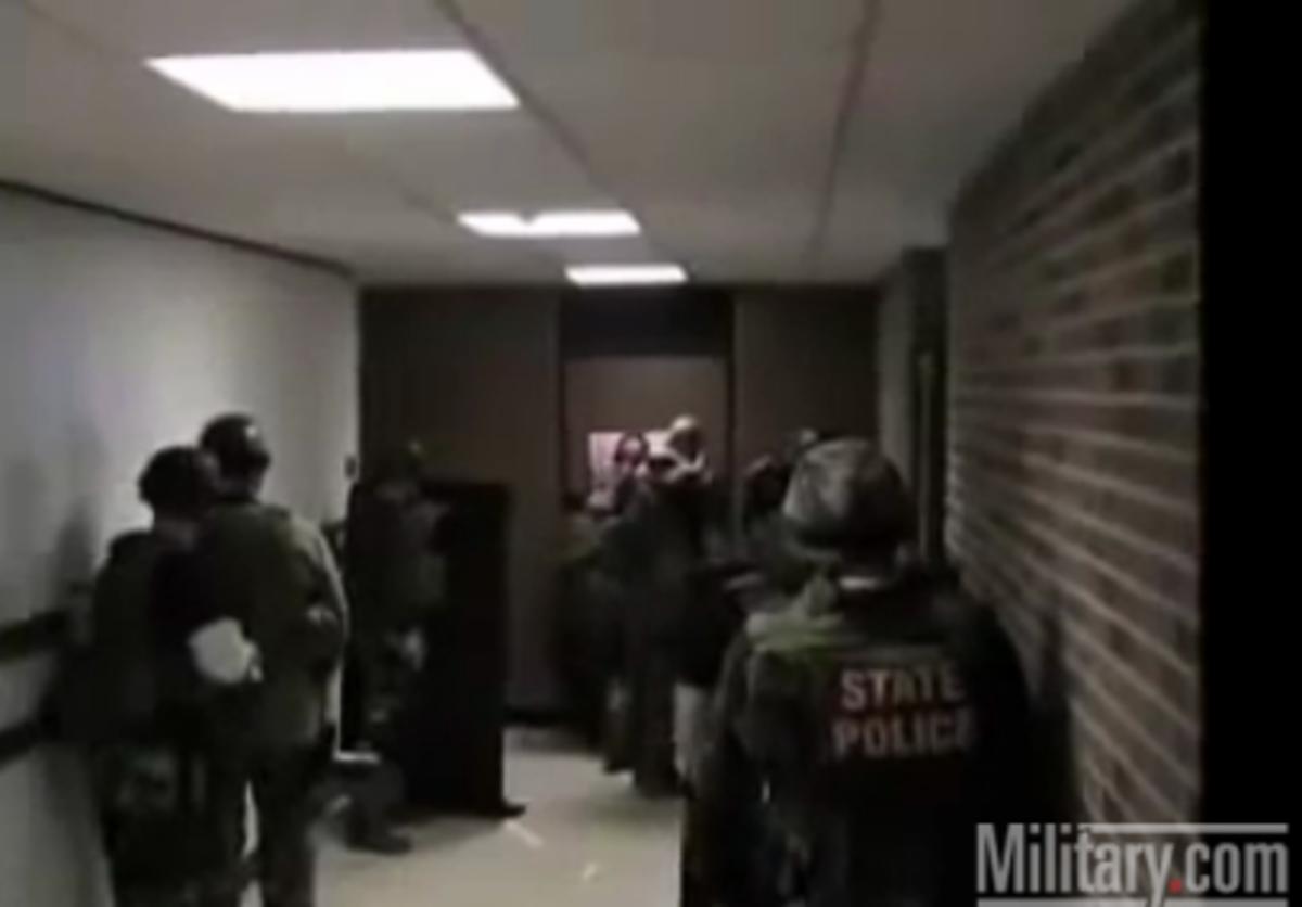 Γκάφα αστυνομικών -Πήγαν να «τινάξουν» στον αέρα μια πόρτα αλλά το παράκαναν! Βίντεο | Newsit.gr