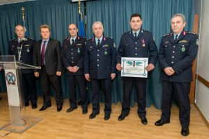 Μετάλλιο σε αστυνομικό που με κίνδυνο της ζωής του απεγκλώβισε ανήλικο