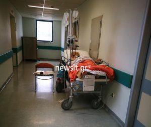 Εικόνες ντροπής στο νοσοκομείο «Αττικόν»! Ηλικιωμένοι ασθενείς κοιμούνται και τρώνε στους διαδρόμους