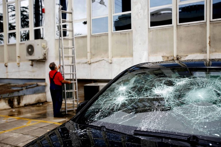 Εθνική Οδός Αθηνών Λαμίας : Πετούσε πέτρες γυμνός στα αυτοκίνητα – Τραυματίστηκε ένας οδηγός στο κεφάλι | Newsit.gr