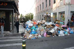 Έως τη Δευτέρα τα σκουπίδια στους δρόμους