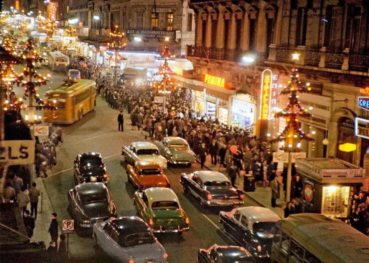 Μια Αθήνα ανθρώπινη και Χριστουγεννιάτικη – Η φωτογραφία της πρωτεύουσας την δεκαετία του '60 που έχει ξετρελάνει τους πάντες! | Newsit.gr