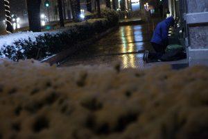 Μόνο ντροπή! Υπάλληλος του δήμου «πέταξε» τους άστεγους στο κρύο γιατί… έληξε το ωράριό του