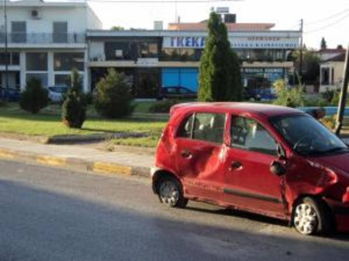 Τρίκαλα: Απίθανο τροχαίο ατύχημα – Τα θύματα βγήκαν από παράθυρο και τράπηκαν σε φυγή! | Newsit.gr
