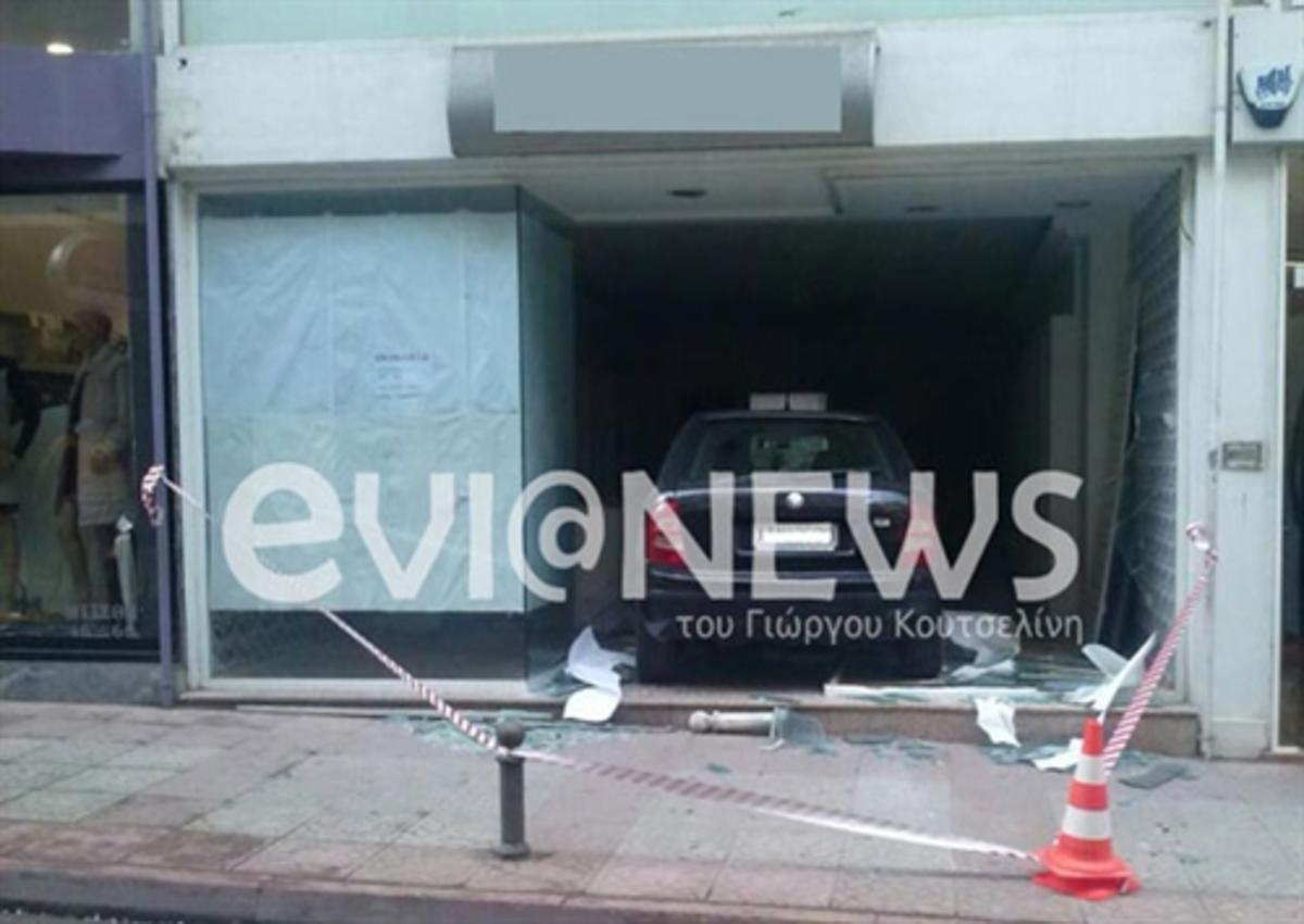 Το αυτοκίνητο πέρασε από τη βιτρίνα καταστήματος! ΦΩΤΟ | Newsit.gr