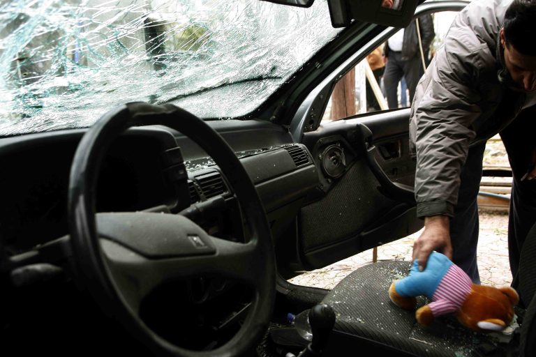 Πέταξαν σκαμπό από καφετέρια σε αυτοκίνητο του ΣΥΡΙΖΑ | Newsit.gr