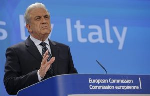 Politico: Ο Αβραμόπουλος ανάγκασε τον Τουσκ να πάρει πίσω την πρότασή του για το προσφυγικό
