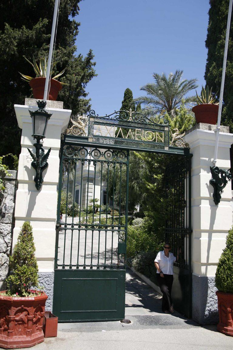Κέρκυρα: Αιφνιδιαστική κατάληψη στο Αχίλλειο μουσείο   Newsit.gr
