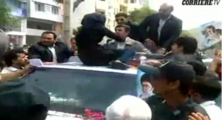 Συγκλονιστικό βίντεο: Γυναίκα αρπάζει τον Αχμαντινεζάντ και του φωνάζει: «πεινάμε»   Newsit.gr