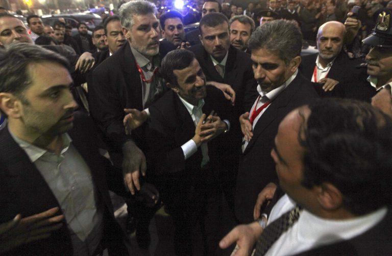 Πέταξαν παπούτσι στον Αχμαντινετζάντ! (VIDEO) | Newsit.gr