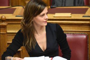Βουλή: Το ντεκολτέ της Αχτσιόγλου βάζει «φωτιές»! [pics]