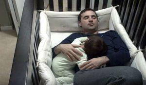 O μπαμπάς πήγε στην κούνια για να σταματήσει το κλάμα του μωρού – Αυτό που έγινε μετά είναι ξεκαρδιστικό!