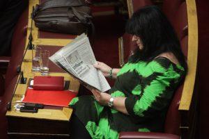 Mε αμείωτη προσοχή στη συνεδρίαση της Βουλής η Άννα Βαγενά [pics]