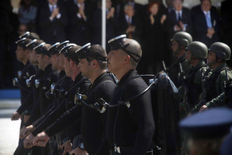 Αναβάλλεται η δίκη των βατραχανθρώπων που φώναζαν ρατσιστικά συνθήματα σε παρέλαση   Newsit.gr