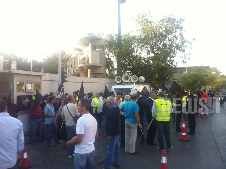 Με μαύρες σημαίες έξω από το υπουργείο οι αστυνομικοί υπάλληλοι | Newsit.gr