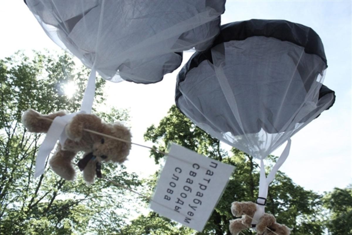 Ανακάλεσαν όλο το διπλωματικό προσωπικό της χώρας γιατί γέμισε ο ουρανός… λούτρινα αρκουδάκια! | Newsit.gr
