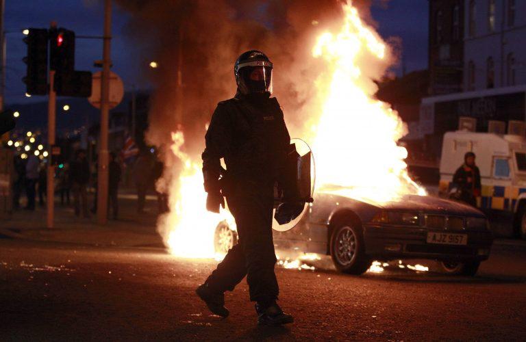 16 τραυματίες αστυνομικοί σε επεισόδια στο Μπέλφαστ | Newsit.gr