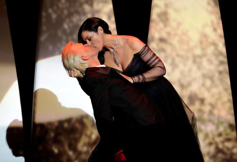 Monica Bellucci: Έβαλε φωτιά στις Κάννες με ένα «καυτό» φιλί στο στόμα! [pics, vids]   Newsit.gr