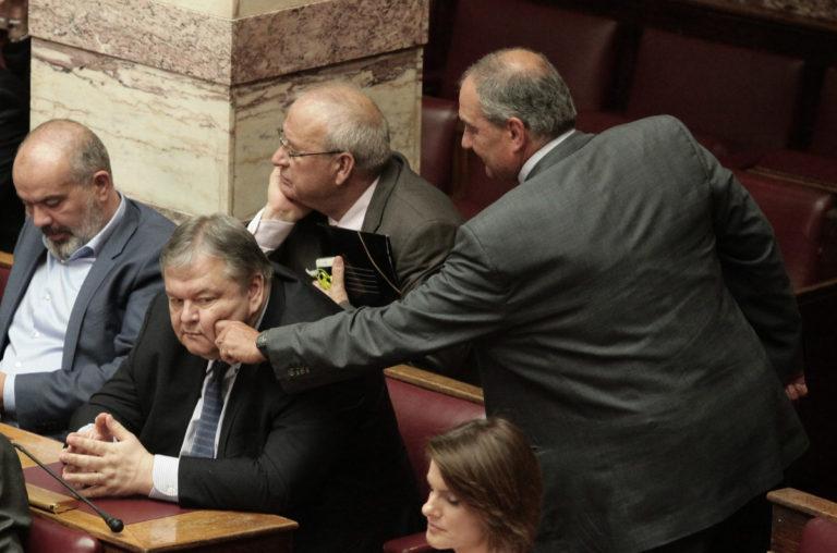 Βουλή: Όταν ο Καραμανλής τσίμπησε το μάγουλο του Βενιζέλου! [pics]   Newsit.gr