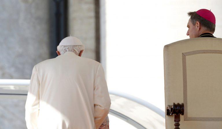 Ποιος είναι ο άνδρας που βρίσκεται συνεχώς στο πλευρό του Πάπα | Newsit.gr