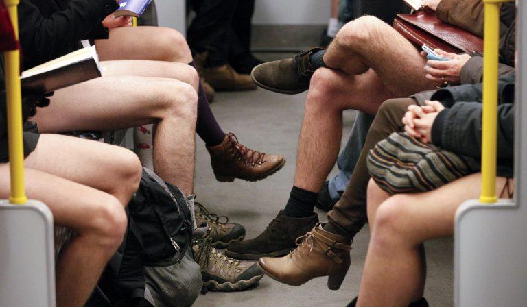 Έβγαλαν τα παντελόνια τους και μπήκαν στο Μετρό! (ΦΩΤΟ) | Newsit.gr