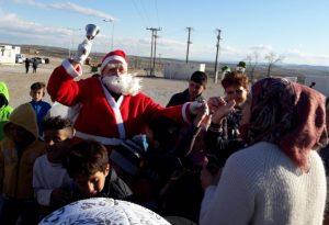 Ο Άγιος Βασίλης μοίρασε δώρα στα προσφυγόπουλα στο Κουτσόχερο [pics]