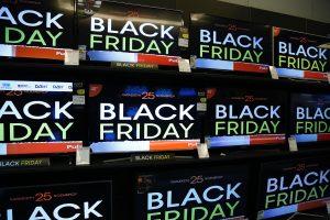 #blackfriday: Η αντίδραση του twitter στη φρενίτιδα έξω από τα καταστήματα