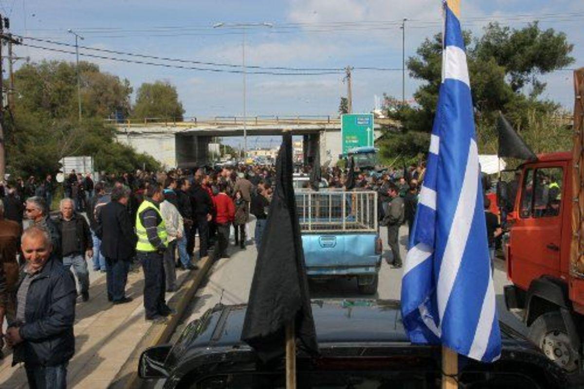 Κρήτη: Μποτιλιάρισμα από τα αγροτικά μπλόκα – Δείτε το βίντεο | Newsit.gr
