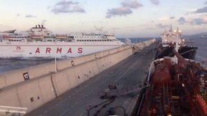 """Τρόμος εν πλω! Πλοίο """"στούκαρε"""" στο λιμάνι [vids]"""