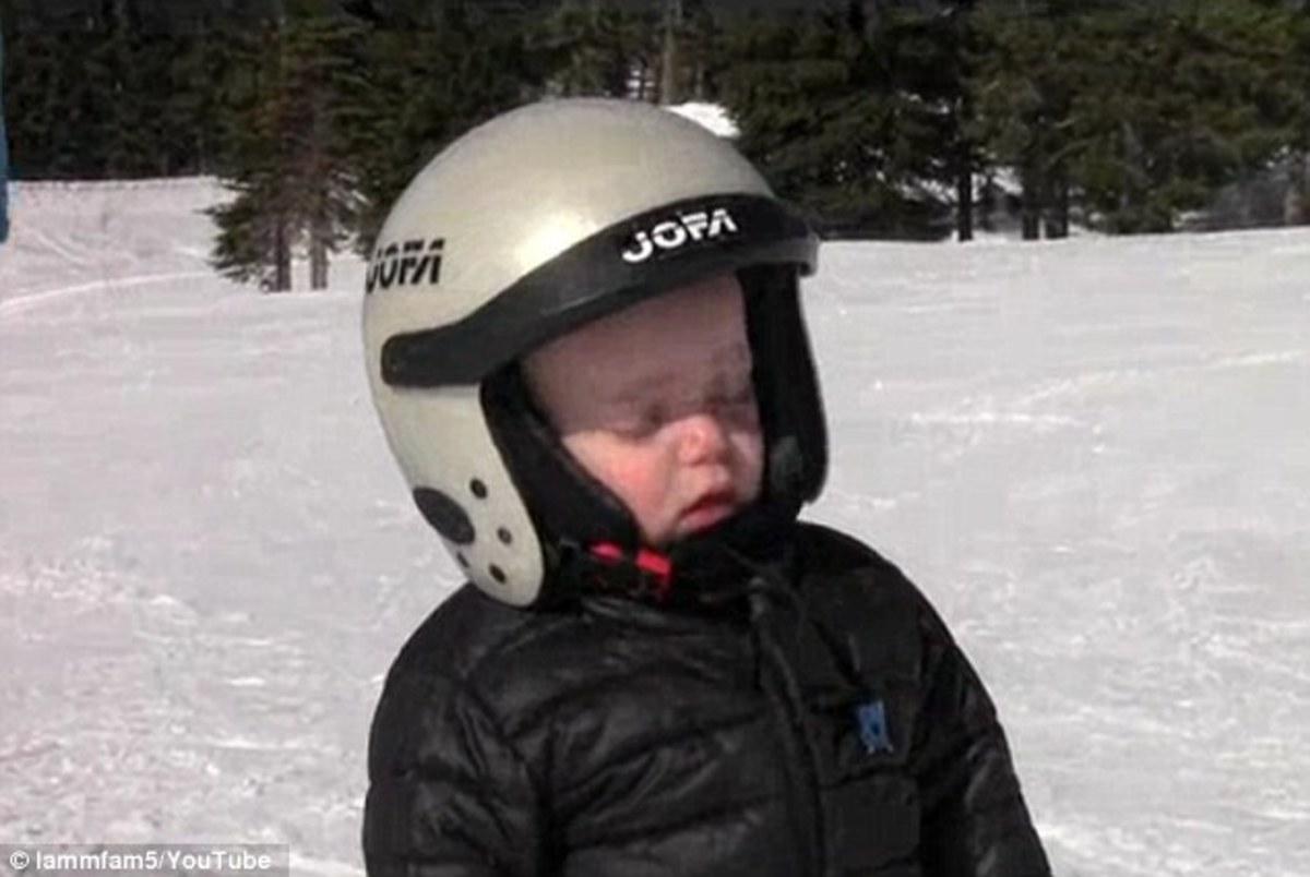 Μη με ξυπνάς απ' τις 6 να πάω για σκι! – Απίστευτος (νυσταγμένος) μπόμπιρας (VIDEO)   Newsit.gr