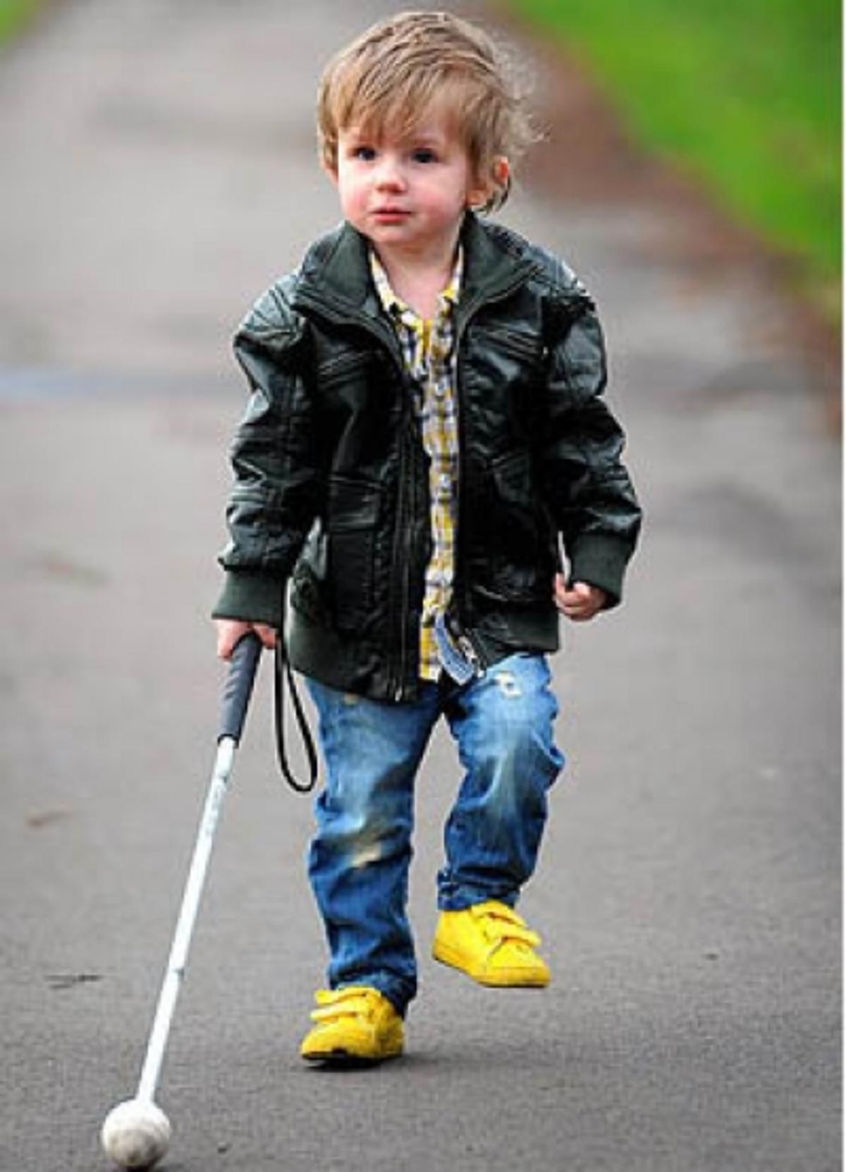 Ο πιο μικρός χρήστης του λευκού μπαστουνιού! | Newsit.gr